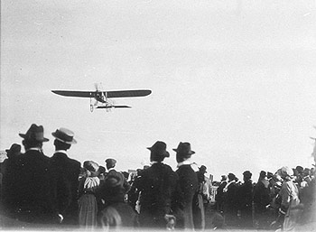 Photo: Maurice Guillaux flying over a crowd in NSW in 1914