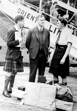 Minister for Immigration Arthur Caldwell meets Scottish migrants c1945. NLA