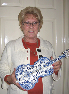 Anita van Altena with her Delftware violin
